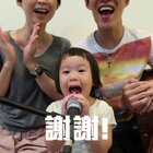 薛之謙 - 演員 🎤🎤🎤 這次唱薛之謙的演員,幫心心配了一隻麥克風和聲...女兒唱得真好!我們的微博開通啦:http://www.weibo.com/momanddad 歡迎來關注我們! #音樂##逗比##寶寶#