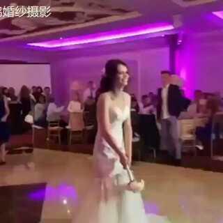 【有没有想过,在婚礼上被求婚❤】 刚开始还以为只是新娘调皮爱玩,后面瞬间被感动了,红小鹊准备以后就这样跟女朋友求婚。💏 #求婚##女生之间的友谊##厦门婚纱摄影#