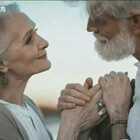 俄罗斯摄影师Irina Nedyalkova为一对暮年夫妇拍摄的一组震撼人心的照片,时光染白了头发,苍老了容颜 ,却带不走深情与优雅,和他们看向彼此眼神中盛满的爱意。愿得一人心,白首不相离,这或许就是爱情最美的样子。❤