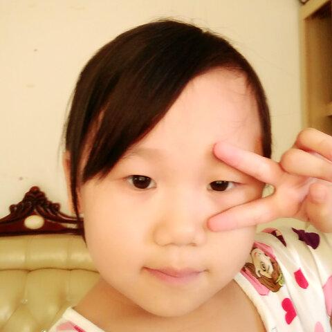 【郑莹婷姐姐美女儿童美拍表情文】我爸爸妈妈,弟弟在睡觉,我在玩.