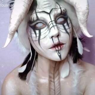 白羊座喜欢自由无拘无束、热情洋溢,充满征服的魅力。用Ipadpro画了一只白羊,灵感一来就把道具也做了,化妆三个多小时只剪了三分钟,很有点意思哟😘。#特效化妆##化妆##十二星座妆容# @特效化妆李炳锐 @大马马马克 @美拍小助手