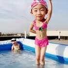 #大头摇#哈哈哈哈哈这个大头摇怎么这么可爱,#宝宝#两小只的小日常😝,这么热的天唯有泡在水里才能愉快的玩耍😄