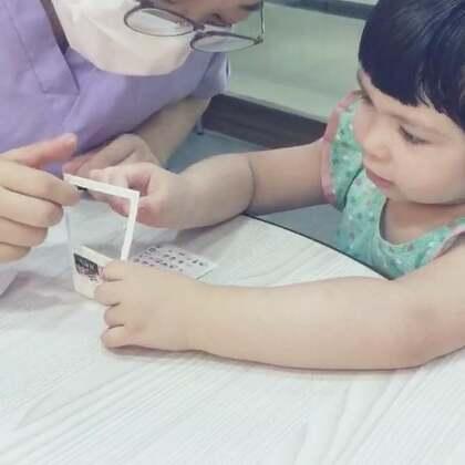 每次🍡陪我去看牙医她都很开心,医生护士们都会陪她玩,今天我的主治牙医给她贴指甲教她画画,可开心了😄!