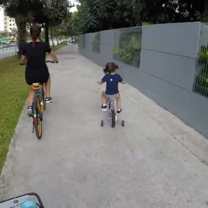 """昨晚给mo买了辆小自行车,今天我们三个一起骑车出行。看着骑车的mo特别感慨,虽然天天都在她身边,但又总是在某个瞬间才发现她在长大。不知道妈妈们有没有偶尔会觉得""""我的孩子怎么都这么大了"""" ☺#momo家的周末##mo成长#"""