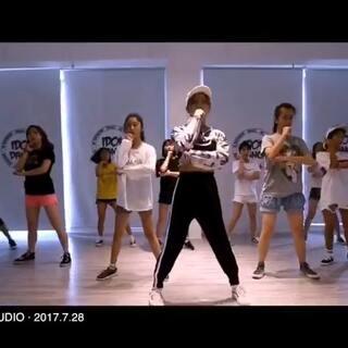 #敏雅音乐##@敏雅可乐#带着全班学员一起录的视频 四节课就成型了 学员们进步大大的 加油@IDOL舞蹈工作室 @敏雅可乐 😍😍