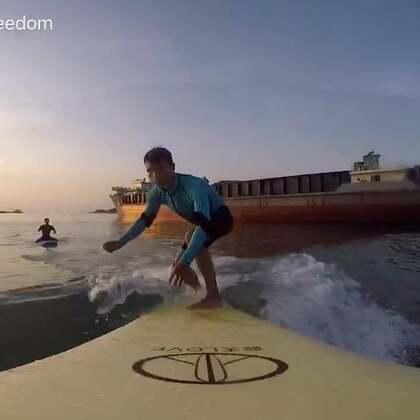 心中有浪,哪里都可以浪!浪游者小毅这一期带你在最美的日出下乘风破浪!#冲浪##运动#