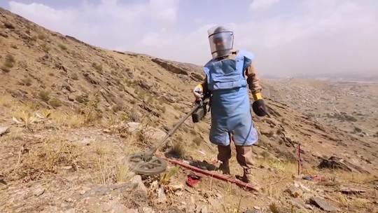 在阿富汗,约有1.85亿平方米土地被地雷和战争遗留爆炸物污染,每年夺去数以千计的生命。排雷人员为保护人民免遭伤害,不惜用自己的生命冒险。