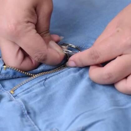 牛仔裤是大家都喜欢的下装,简洁利索又好看(就像我们的视频一样),不过有的时候穿牛仔裤也会遇到一些问题,比如腰部太紧啊,选尺寸的时候不方便啊等等,看完这个视频让机智君教你怎么应对吧☺#手工##DIY##我要上热门#