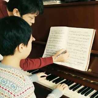 孩子生活在辽宁的一个县级市大石桥市,本来难以想象能和钢琴结缘,却因为孩子对音乐的热爱感动了全家人。全家尽最大的努力为孩子创造学习的机会。能在学习过程中结识这么多同样热爱音乐的老师,真的是孩子的幸运。老师们对艺术的热情和对孩子的关怀会永远激励孩子努力前行!#小小钢琴家##求学之路#