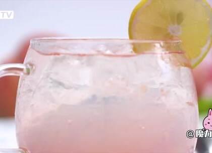 超夏天粉色冰饮,超美腻哦~#魔力美食##蜜桃##调酒#