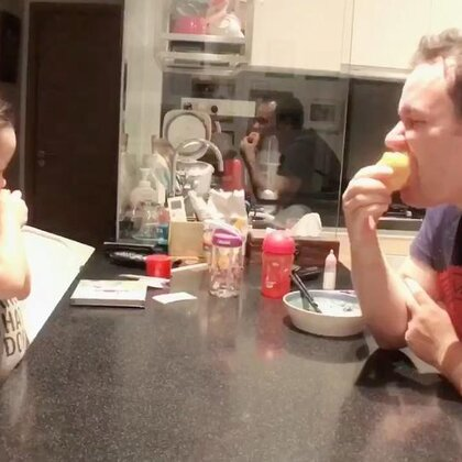 和爸爸一起吃桃子,瞅瞅我今天这更新速度,快夸我快夸我😎#Annie和爸爸##宝宝#
