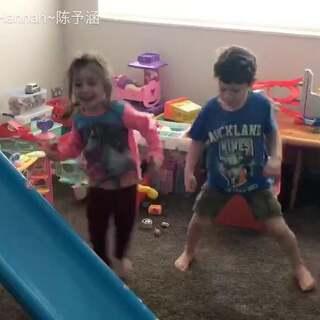 粑粑在楼下听音乐,Hannah和堂哥在楼上玩,一听到音乐感觉着了魔一样的开始跳起舞来#宝宝##跳舞#