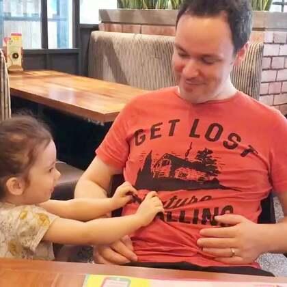 亲闺女🤣🤣这下爸爸再也无法对自己肚子上的肉肉视而不见了🤣🤣🤣#annie和爸爸#