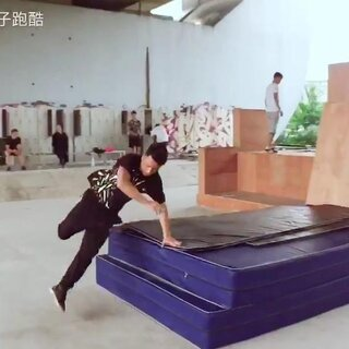 新场地更新后.第一次来北京的俱乐部跑酷.今天简单试试场地玩的很开森.#跑酷##城市猴子跑酷#