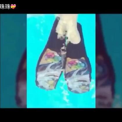 自由潜水复习课。穿上超美鲨鱼蹼水下钻⭕,我buddy 的娃秒变萌萌小蓝鲨,愉快的水下周末😊😍#美拍运动季##运动##自由潜水#