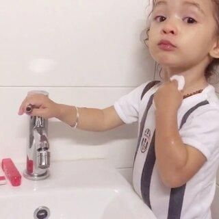 #萌宝Roy#在Bidet里洗脸洗脚😂真是个爱干净的小姑娘!