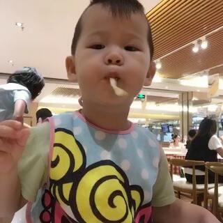 #吃秀##宝宝#我说怎么摇头晃脑不认真吃饭,原来餐厅里放着动画片儿呢!😂餐厅放无法避免,但是在家的话各位小朋友要乖乖吃饭哦,不要边看边吃。😚😚