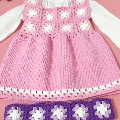 祖母方格背心裙教程-10#手工#紫色腰围部分我是拼了10偏小方片,胸围部分我准备和粉色成品一样,胸围前面和后片都各拼四片小方片😊两边各留一片放在腋窝的位置,大一点的宝宝胳膊也要粗一点😊所以这样拼出来更加美观😊仅供大家参考哈😊
