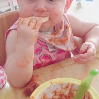 #baby##可爱宝贝##宝宝# 看着1岁多的BB这样吃饭…😜😄妈妈在一边看着😅…
