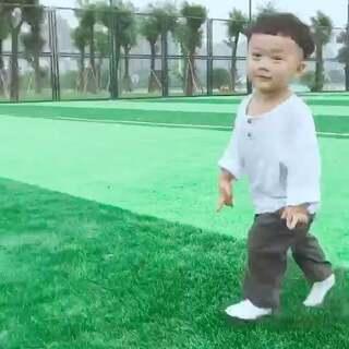 #皮皮两岁六个月#空旷的球场,凉凉的夏风,飞奔的宝宝,皮皮一个人追逐自己就玩的特别开心,哈哈,瞬间烦恼少了好多#宝宝##游戏#