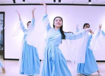 派澜#中国舞#暑期班学员带来#孤芳不自赏#的插曲《风景旧曾谙》舞蹈,只愿此生温柔相对,只与你共点阑珊。指导老师:何奕姿#我要上热门#@美拍小助手@舞蹈频道官方账号