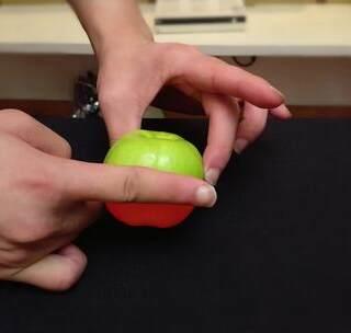 红苹果瞬间变绿苹果!学会可以给朋友装逼!😱😱良心魔术教学!学会的记得双击评论支持一下哦!#我要上热门##美拍小魔术##撩妹#@美拍小助手