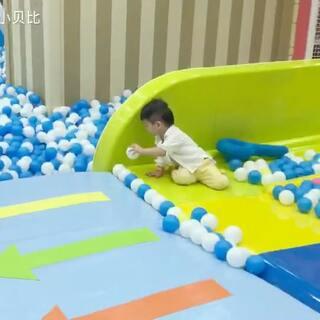 小鱼在认真地帮球排队😂每次去游乐场就是玩球#宝宝##游乐场##宝宝成长日记##Alan&Andy#2017.8.10