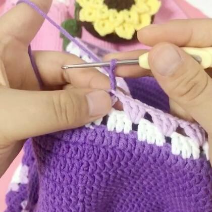 祖母方格背心裙教程-16#手工#紫色的一圈也就是镂空的第三圈和粉紫色第二圈的钩法是一样的哈😊大家就按照这个方法钩就可以了哈😊也可以再重复多钩几圈都可以的哈😊钩到自己满意的产地之后最后再钩一圈短针就结束了😊#手工#