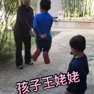#宝宝#本来是姥姥在教小哥跳绳,结果半路杀出来个程咬金,然后就只能这样玩了@美拍小助手