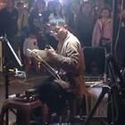 台湾二胡演奏家沈家文街头演奏周传雄《黄昏》,一曲肝肠断,天涯何处觅知音,余音绕梁,如泣如诉!#音乐#
