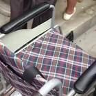 究竟是什么力量支撑年迈坐轮椅老大爷奋不顾身的站起来,让我们来一看究竟!!!#搞笑#