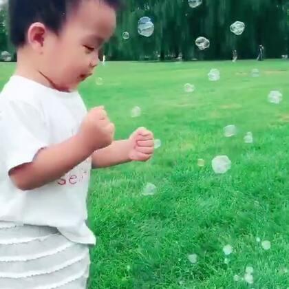 #龙凤胎兄妹俩# 搞了个自动泡泡机 大草坪上飞满了泡泡,宝宝们开心疯啦😝😝😝😝😝 #双胞胎的日常#