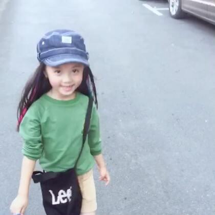 小乖初秋搭配,绿色卫衣搭配灯芯绒短裤,你们喜欢吗?#宝宝##童模#