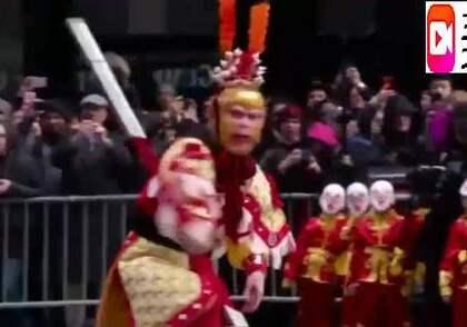 小时候最喜欢的音乐,六小龄童美国街头表演美猴王,引老外围观,看了这个视频好兴奋,有没有!