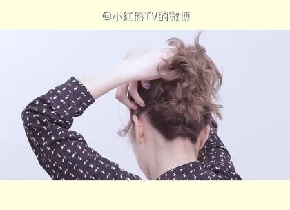 韩剧女主最爱的发型就是花苞丸子头了,可爱减龄又随意。1分钟教你把丸子头扎的又快又好,还能显脸小呢~#小红唇TV#