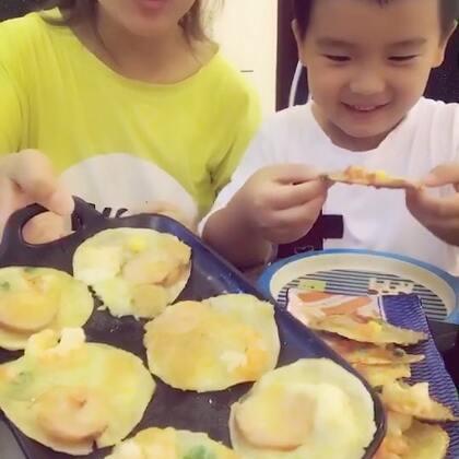 #美食##开学季早餐表#饺子皮披萨🍕..烤箱我180度烤了10分钟.所以底就软一点.如果喜欢脆点的话可以适当加时间...平底锅煎的比较脆.我爱吃脆的.孩子爱吃软的☺早餐配上一杯果汁.就这样解决了.简单又快手☺喜欢就点赞哦