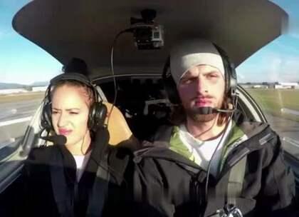【男子开飞机谎称引擎失灵,向女友求婚】美国一名叫Anthony Bordignon的男子,邀请女友Katherine Wareham驾驶飞机出游。假装飞机出故障,向女友惊悚求婚.... 简直暖炸了!!!❤