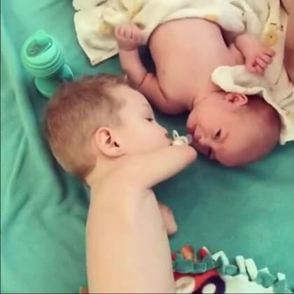 看到弟弟在哭闹,这个没有手的小男孩很努力地把奶嘴拿起,并送到弟弟嘴里来安抚他。别哭啦,哥哥一定会照顾好保护好你的!这一幕,突然感觉好暖好感人啊! ❤