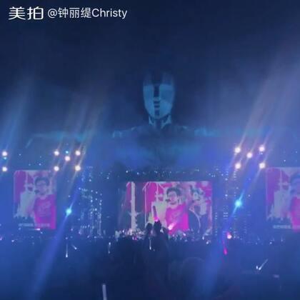 今晚特别开心,看到峰哥的演唱会,他的声音太棒啦!当我听到他唱「我如此爱你」的时候,我哭了!真的很感动!整个演唱会的气氛好high!才发现原来我也是个Rocker !@张伦硕 @叶易德TRACY #christy##汪峰演唱会#