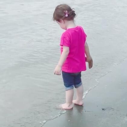 #小团子#踩沙滩咯,对大海充满好奇的#宝宝#