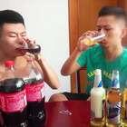 和朋友比赛喝啤酒和喝可乐!五杯之后喝可乐的直接喝吐#作死##奇葩##我要上热门@美拍小助手#