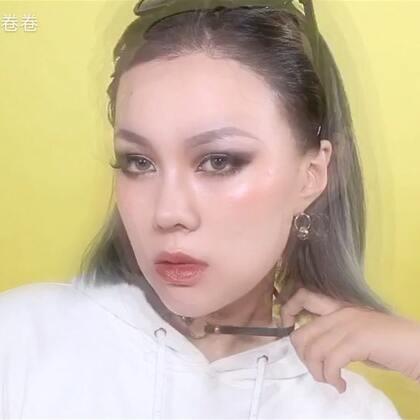 妞儿可以不会嘻哈,但一定要有范儿😎😎一个酷酷的嘻哈妆,在度假的我都不忘更新,快夸我!! 用品list👉🏻https://m.weibo.cn/1685158110/4151272984527638 #美拍有嘻哈# #美妆时尚# @美拍小助手