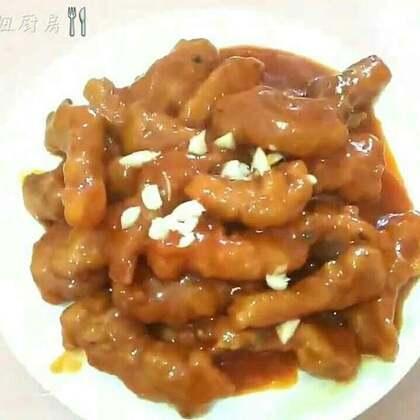 糖醋里脊#美食##家常菜#糖醋里脊是经典汉族名菜之一。在浙江菜四川菜鲁菜和清真菜中都有这道菜,色泽红亮,酸甜可口,而且最吸引人的就是它外焦脆、里软嫩的口感。关注我的日常号@🌈努力减肥的胖妞