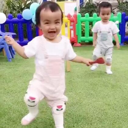 #龙凤胎兄妹俩# 什么仇什么怨来着😜给哥哥当头一铲 😂😂😂😂😂 #双胞胎的日常##搞笑宝宝#