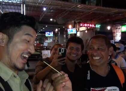 行走在缅甸村落的集市上,夜市美食竟是蜘蛛、蟑螂、蝎子,100元才能吃一个!在一群游客相互怂恿下,雷探长再次挑战这些不可能下咽的食物;接着遇到一皮条客主动载我去寺庙,机智的探长果断拒绝。#我要上热门##旅游##探险#