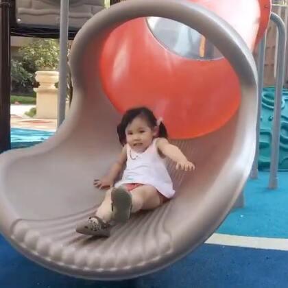 如果我肚子没那么大.我也好想上去滑啊.感觉太好玩了…玩疯了…看着好开心啊.童年就应该是这样的.有哥哥有姐姐有弟弟有妹妹.特别佩服涛哥哥能一次又一次的把vivi扛上去.看得我腿软…#宝宝##vivi3y+0m##vivi和兄弟姐妹#