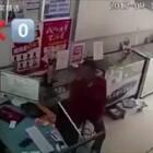 连偷三个手机,转眼就和警察蜀黍对眼了😂😂😂... 哈哈哈哈哈哈哈,内心是。。。#全球搞笑精选##这BGM绝了#