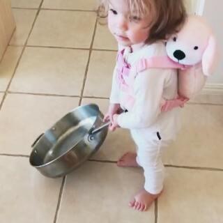 不把家里的锅碗瓢盆翻出来玩个遍不肯罢休的孩子😪#伊诺1岁8个月##伊诺的日常#