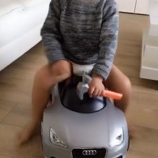 今天DanDan爸去奥迪专卖店取回了修好的车子,顺便也买了一辆和宝妈同款的银色迷你版奥迪车,准备给DanDan一个惊喜。午睡的小家伙听到动静飞快地跑了出来,看到车子可把他乐坏了。其实Daniel已经有好多款车子了,但这就是DanDan的疯狂老爸!没办法!#宝宝##我要上热门#@美拍小助手 @宝宝频道官方账号