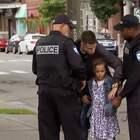 #搞笑#小女孩假装摆地摊被捕,路人纷纷傻眼,最后一个小哥哥超暖❤!